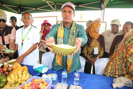 Menteri Pertanian Amran Sulaiman berkunjung ke kebun percontohan di area Pameran Hari Pangan Sedunia 2018.