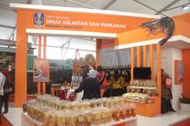 Dinas Kelautan dan Perikanan Provinsi Jawa Timur menampilkan produk-produk hasil kekayaan laut dan olahan pangannya di Pamerah Hari Pangan Sedunia.