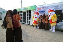 Para siswi terlihat foto bersama dengan maskot si Baras di depan booth media centre.