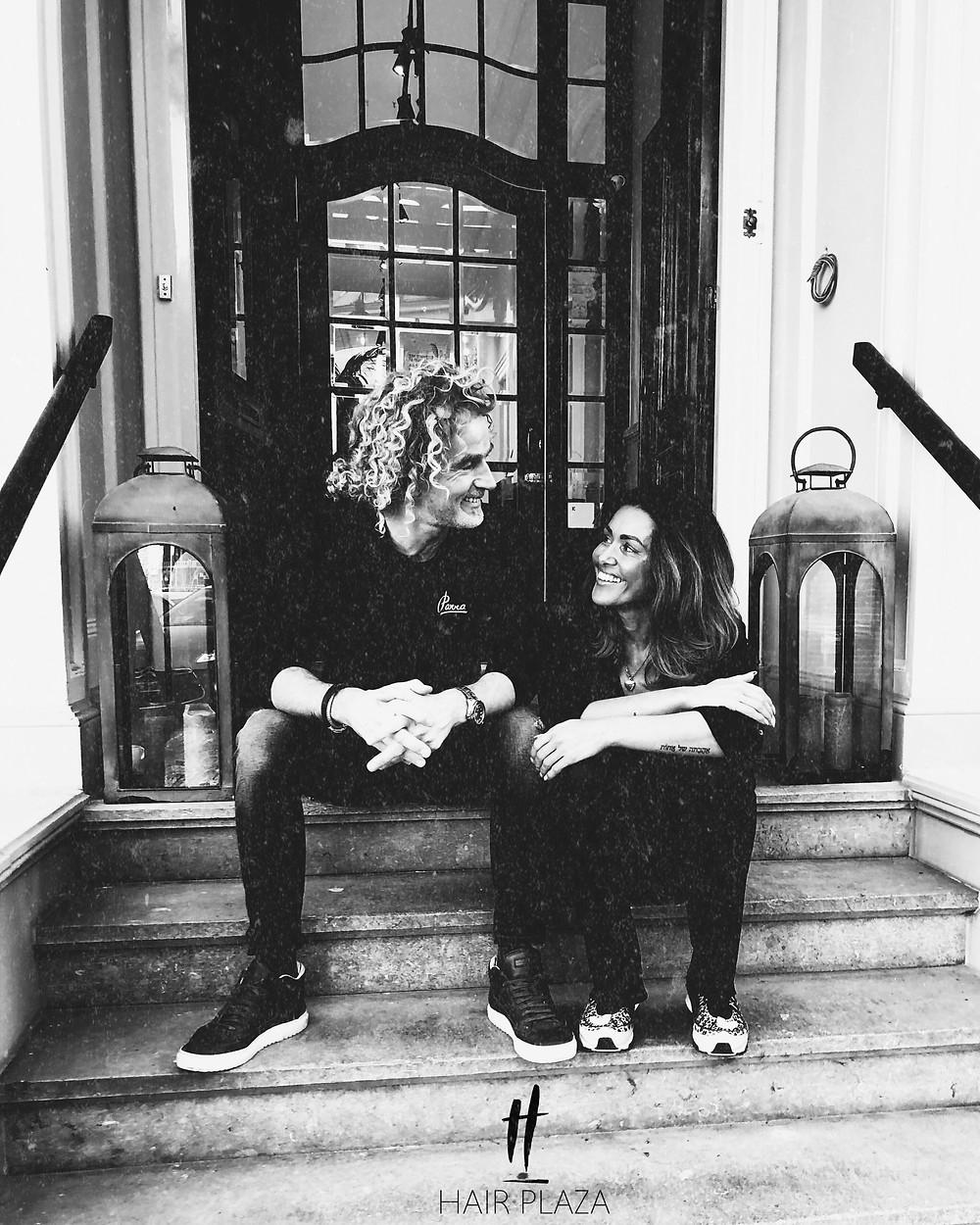 Huub en Sharon samen op trap bij ingang van hun prachtige stadvilla in Zwolle waar zij Hair Plaza voeren.