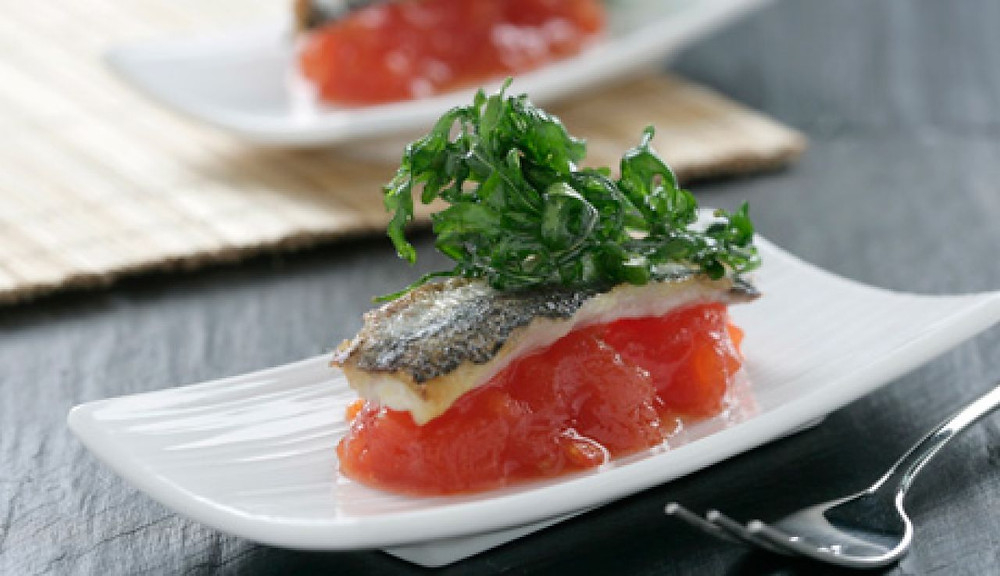 Sardinas marinadas sobre compota de tomate rosa