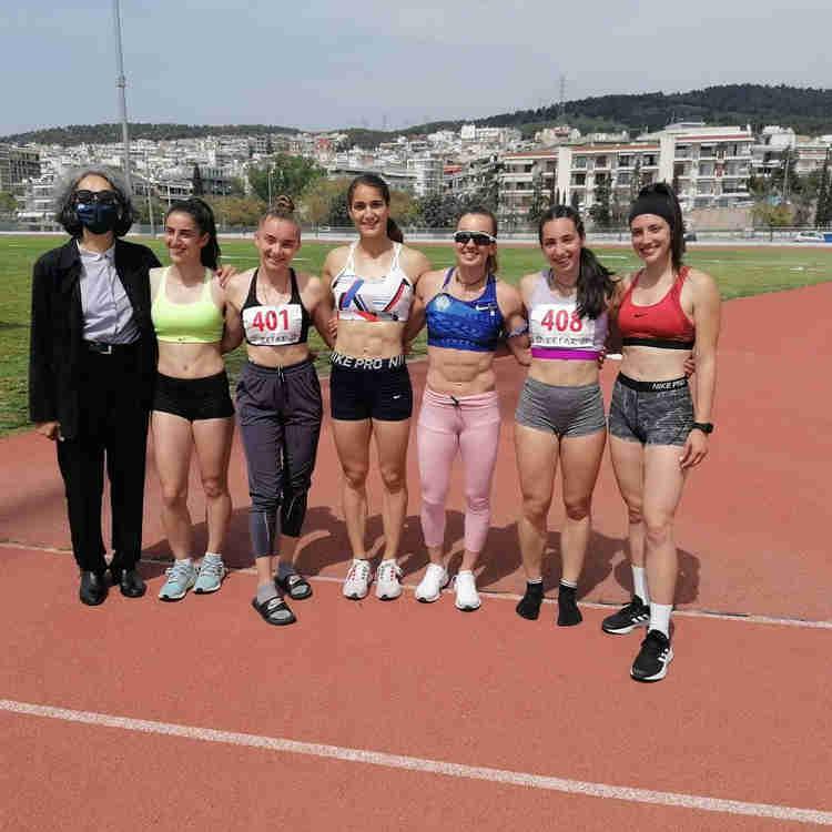 H Σοφία Σακοράφα με αθλήτριες του στίβου στα Χανιά