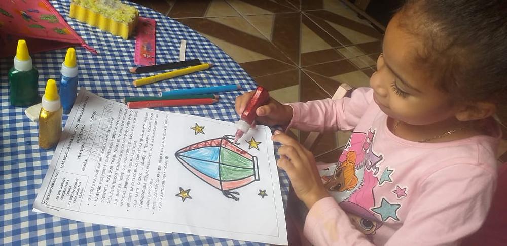 Estudante do 1º Período, do projeto Creche Casulo, da ASCL - Jardim das Borboletas, realizando sua atividade pedagógica.