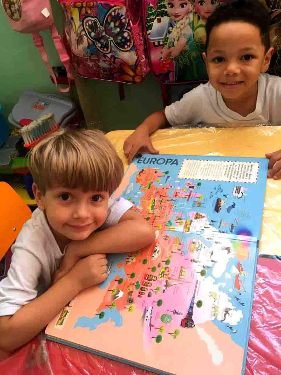 """Alunos do projeto Creche Casulo, da ASCL - Jardim das Borboletas, conhecendo a Europa, pelo projeto pedagógico """"A Volta ao Mundo""""."""