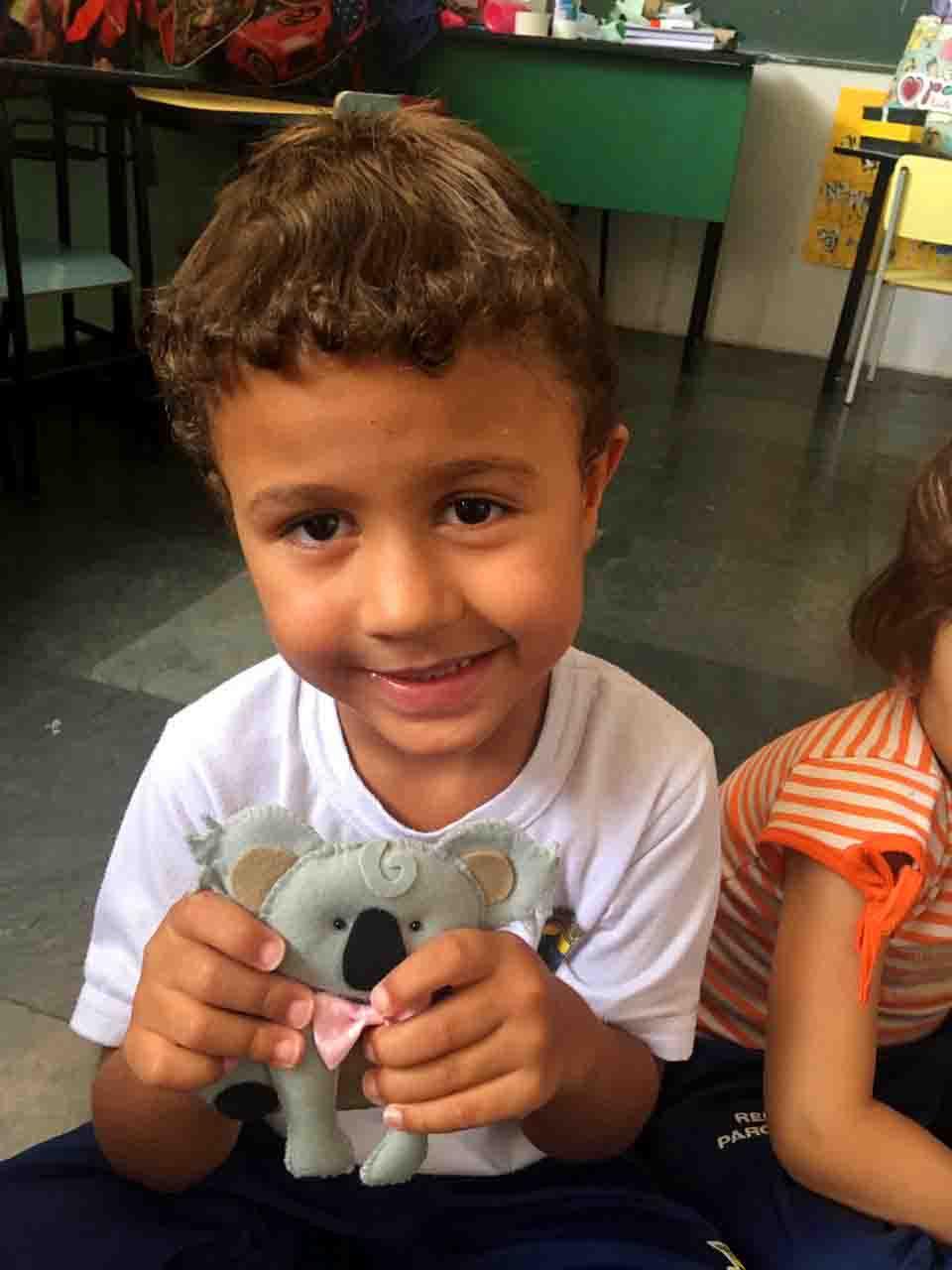 """Aluno do projeto Creche Casulo, da ASCL - Jardim das Borboletas, conhecendo os animais da Oceania. pelo projeto pedagógico """"A Volta ao Mundo""""."""