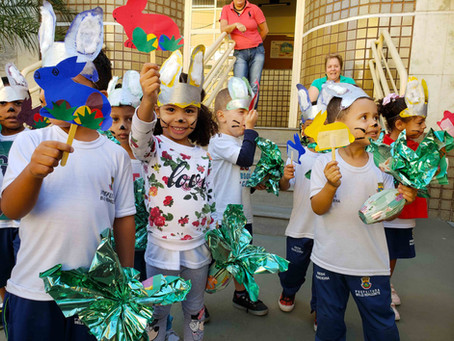 Alunos do projeto Creche Casulo do Jardim das Borboletas festejam a distribuição dos ovos de Páscoa