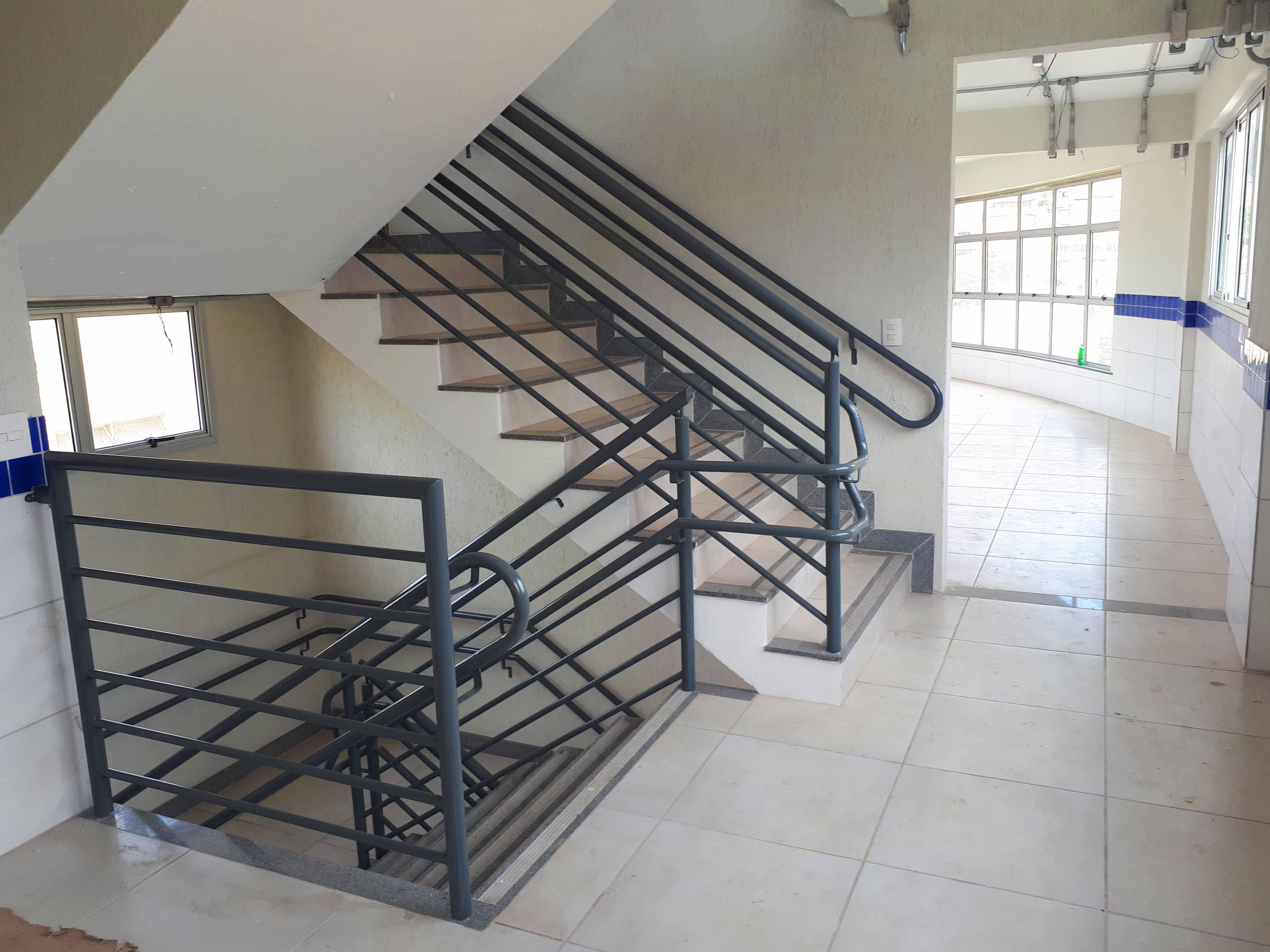 Instalação de corrimão nas escadas