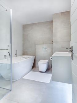 apartment-bathroom-bathtub-1457847