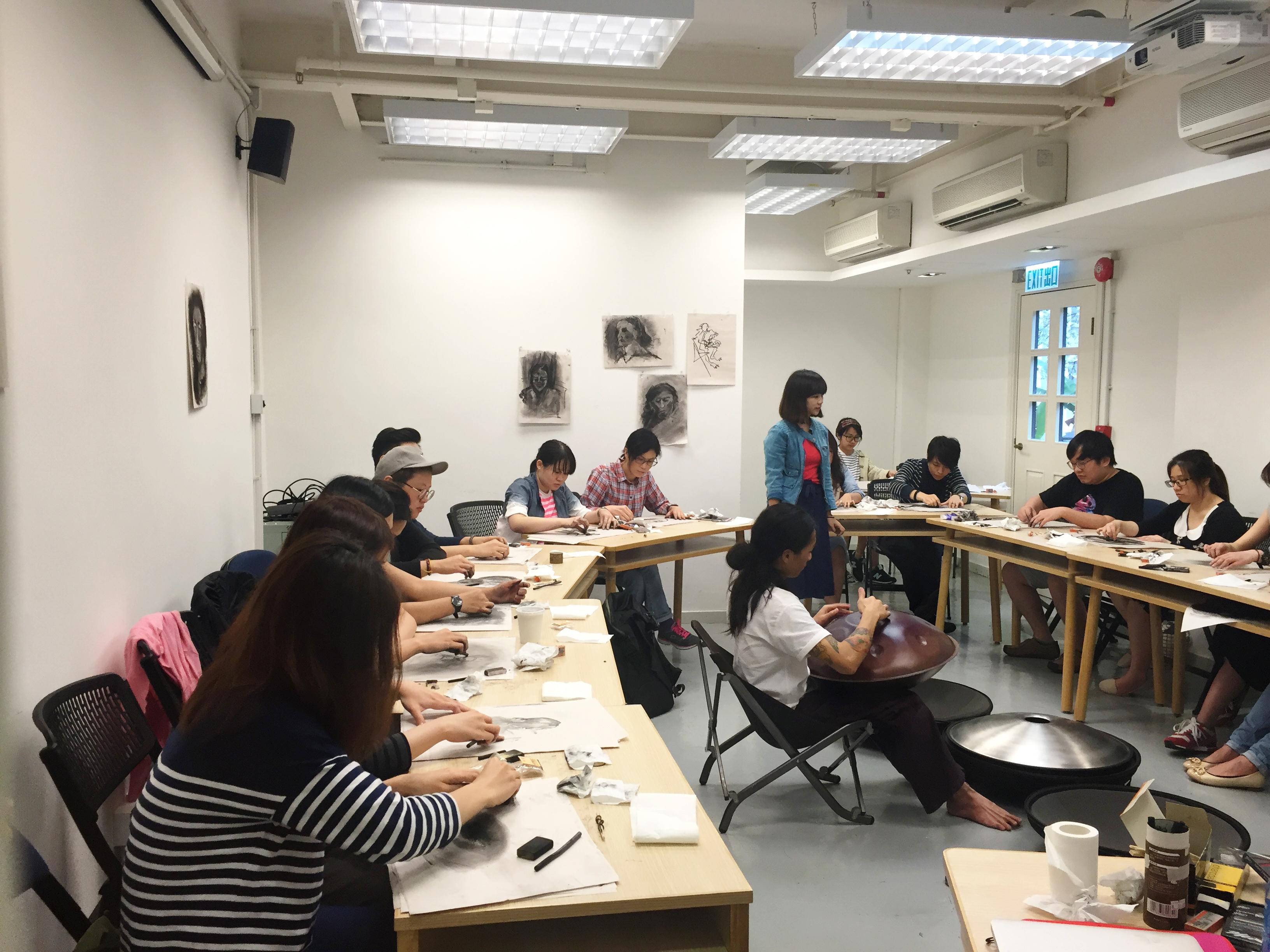 學員正摸索如何運用碳筆、石墨等媒介