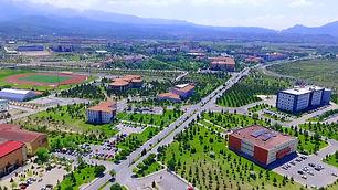 1978 yılında kurulan Erciyes Üniversitesi 18 fakülte, 7 enstitü, 3 yüksekokul ve 10 meslek yüksekokuluyla yaklaşık 60 bin öğrenciye eğitim vermektedir. Sanayisi gelişmiş bir şehir olan Kayseri'de ulaşımı kolay bir konumda bulunmaktadır.