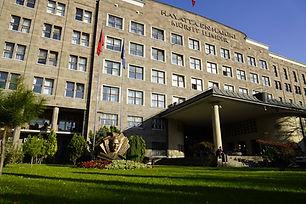 Ankara Üniversitesi, kuruluşu Atatürk dönemine dayanan oldukça köklü bir üniversitedir. Resmi kuruluş yılı 1946 olmasına rağmen Cumhuriyetin ilk yıllarında kurulan eğitim kurumları üniversitenin bünyesine alınmıştır. Halihazırda 67034 öğrencisiyle kalabalık bir üniversitedir.