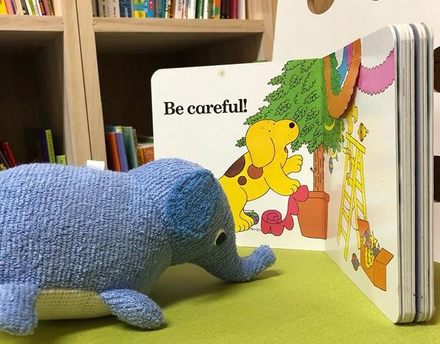 幼稚園生クラスの皆さんは絵本の読み聞かせが大好きで、いつも真剣に聞いてくれます。