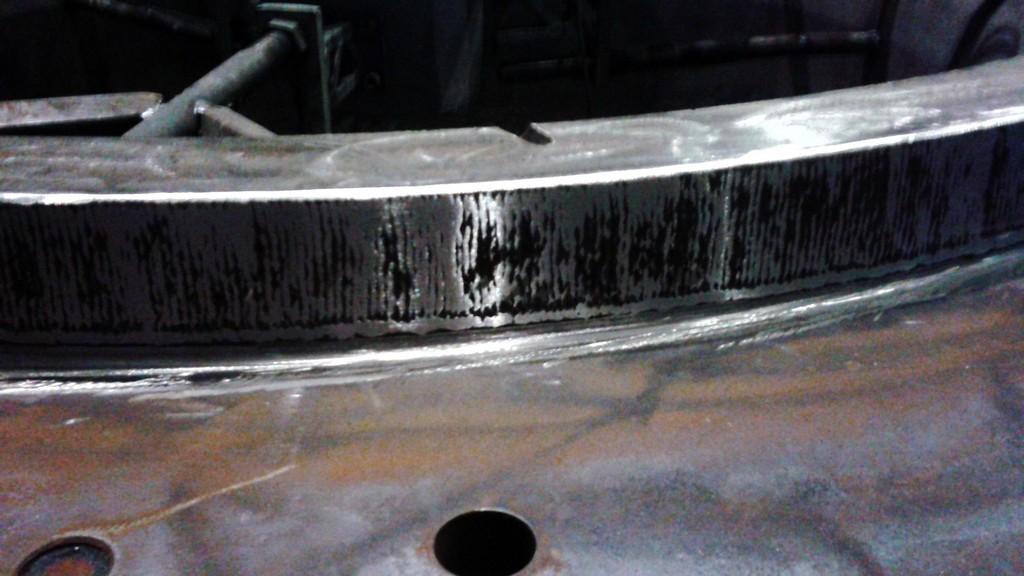 Производится наплавка металла