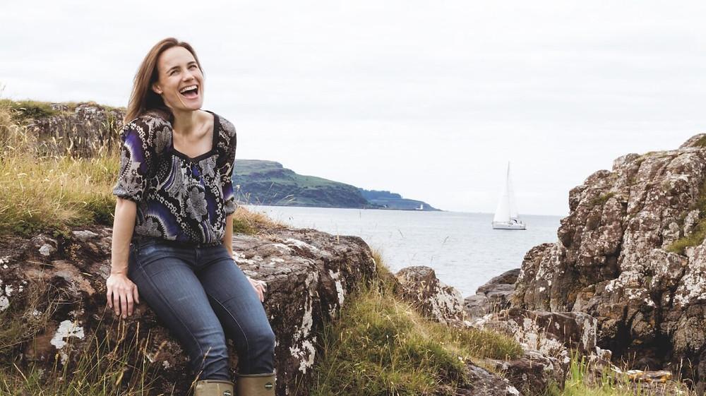 Annabel Thomas, Gründerin der Nc'nean Distillery, begann 2017 mit der Herstellung von Scotch Whisky ausschließlich aus 100% Bio-Gerste.