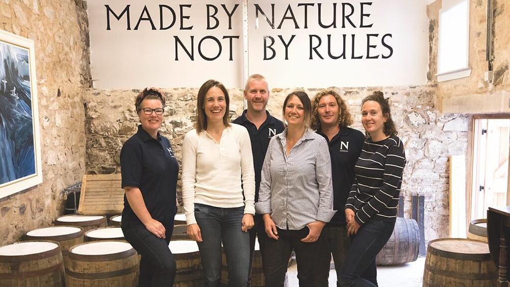 Das Destillationsteam von Nc'nean besteht aus erfahrenen Scotch Whisky-Veteranen wie dem Brennereimanager Gordon Wood (hintere Reihe) sowie Leuten mit unterschiedlichem Hintergrund. Die Brennerei bot ein Praktikum speziell für Frauen an, die in der schottischen Industrie arbeiten möchten.