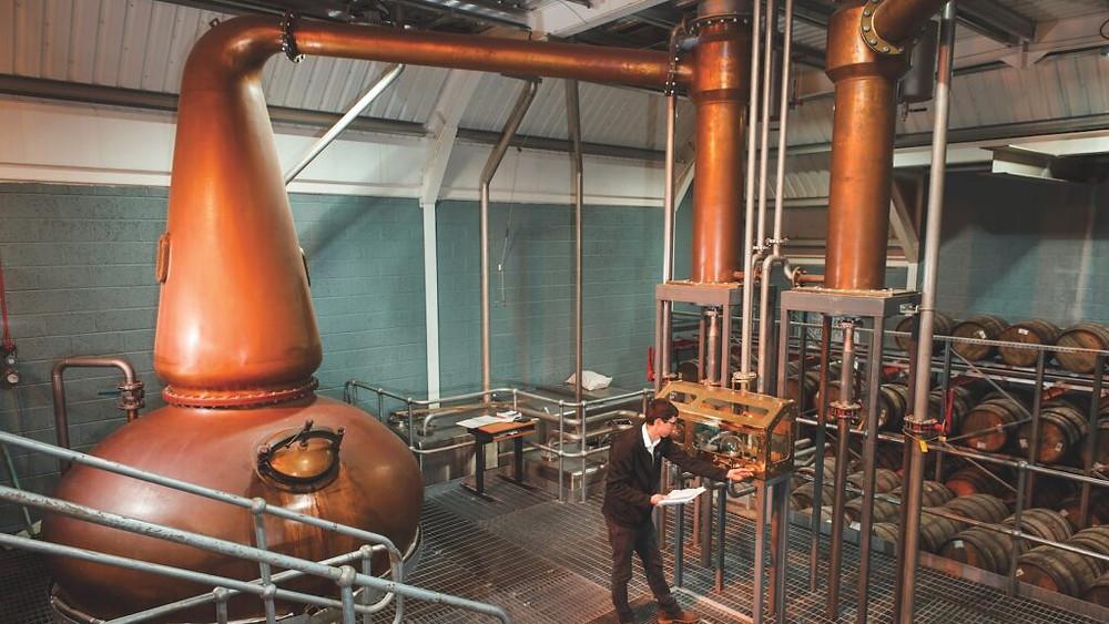 Peter Holroyd, Brennereimanager von Kingsbarns, geht die Destillation praxisnah an und überprüft den Spirituosenlauf.