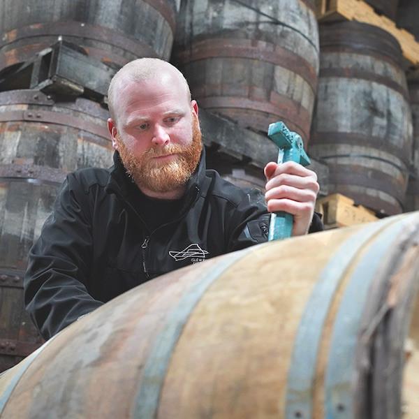 Der Hauptbrenner der Isle of Raasay, Iain Robertson, probiert einen Teil des reifen Whiskys der Brennerei.