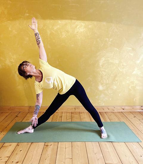 Karin_Yoga_Bilder_2020_Dreieck__edited.j