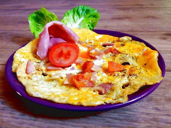Vaječná omeleta se šunkou a dresinkem