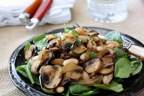 Salat s zampiony na cesneku a majorance recept