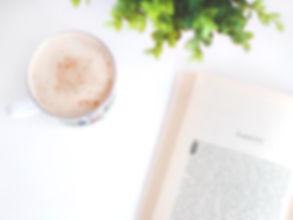 café et livre avec du vert