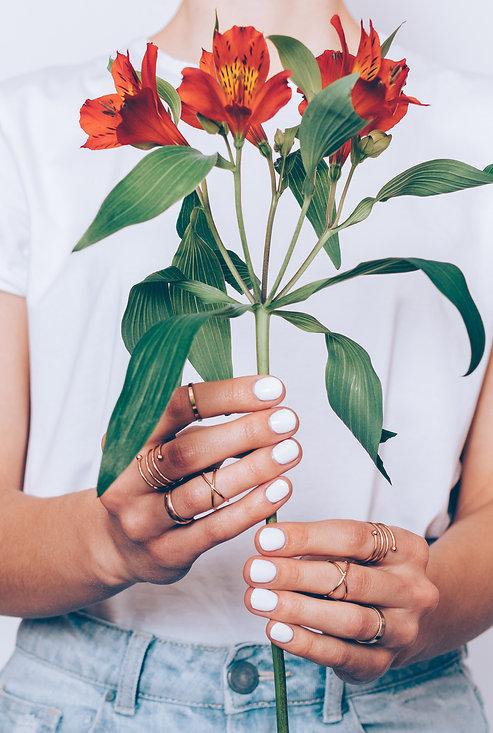femme ongles vernis fleurs