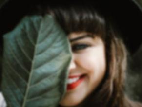 femme coloration végétale sourie