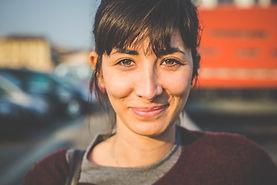 Porträtt av en leende kvinna