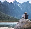 Романтическая пара, наслаждаясь видом