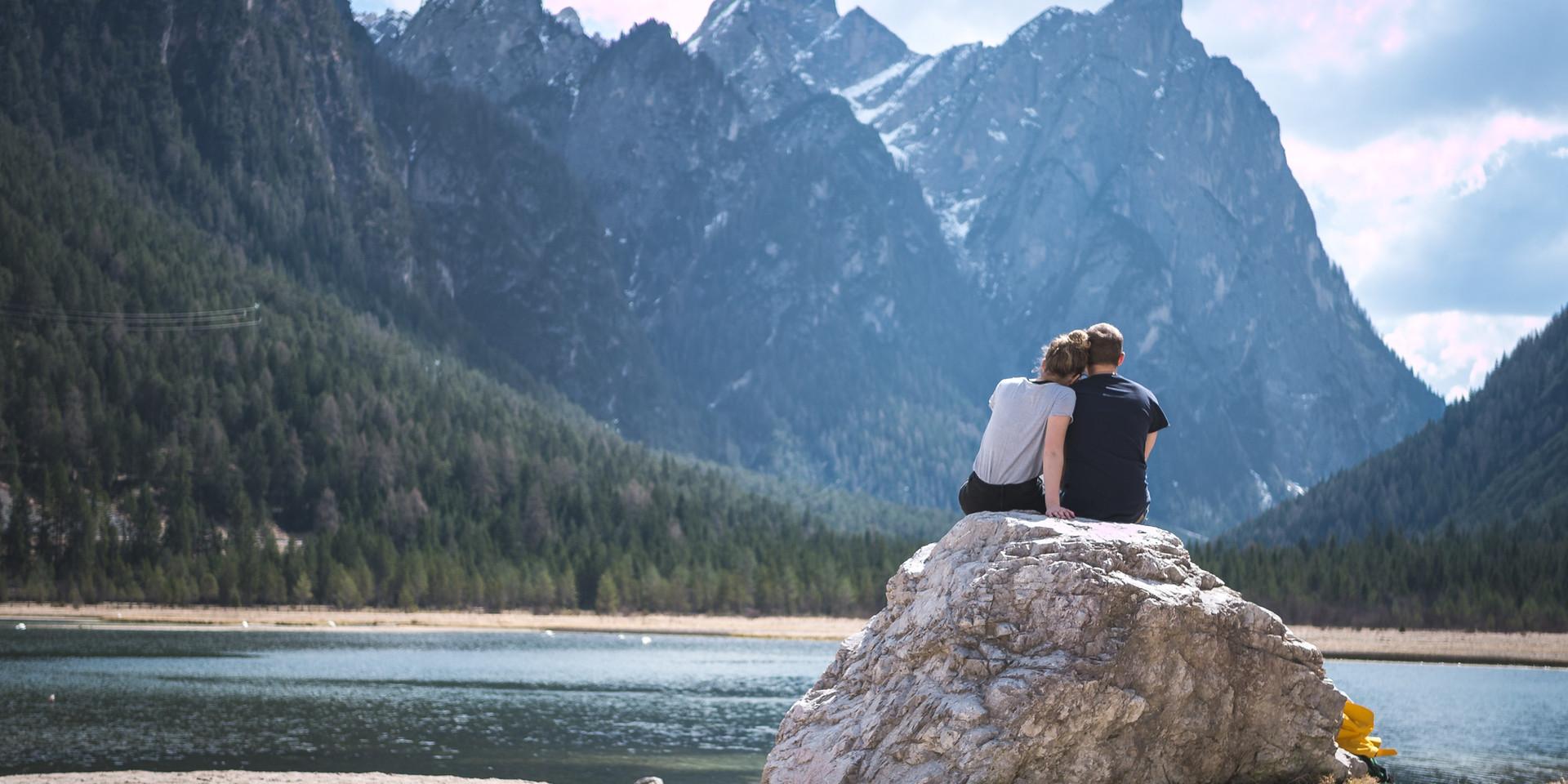 Romantica coppia godendo la vista