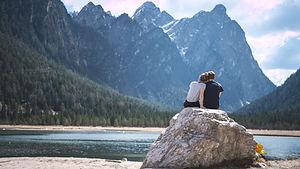 Romantisk par nyter utsikt