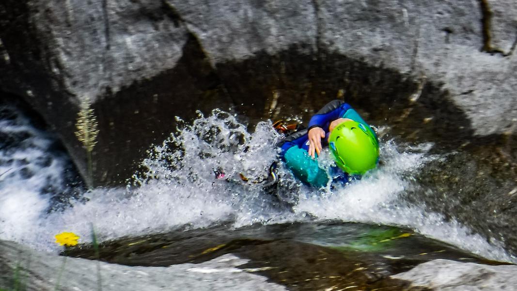 scivolo naturale nel torrente chalamy in valle d'aosta