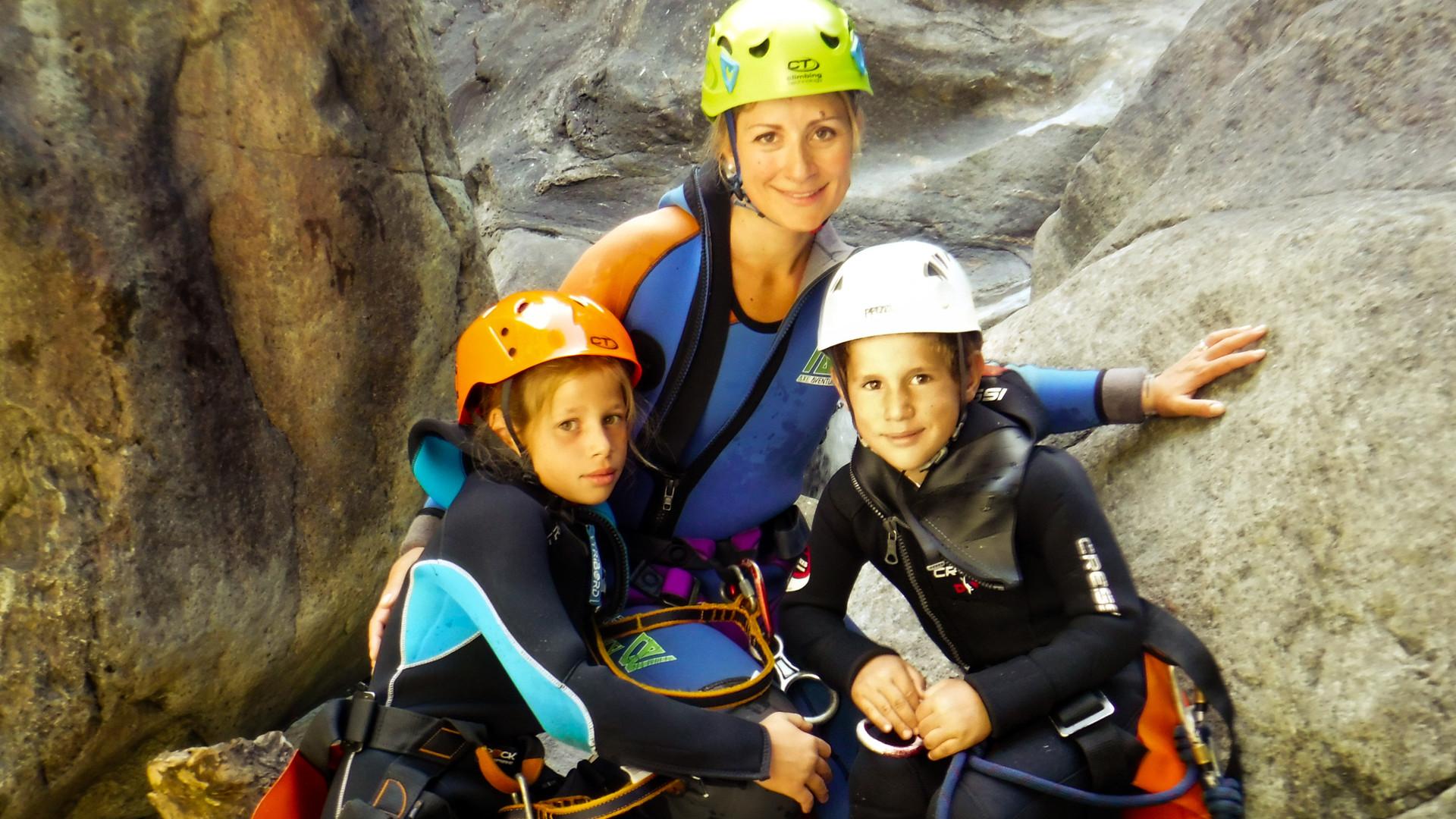 una bellissima famiglia che fa canyoning in Valle d'Aosta