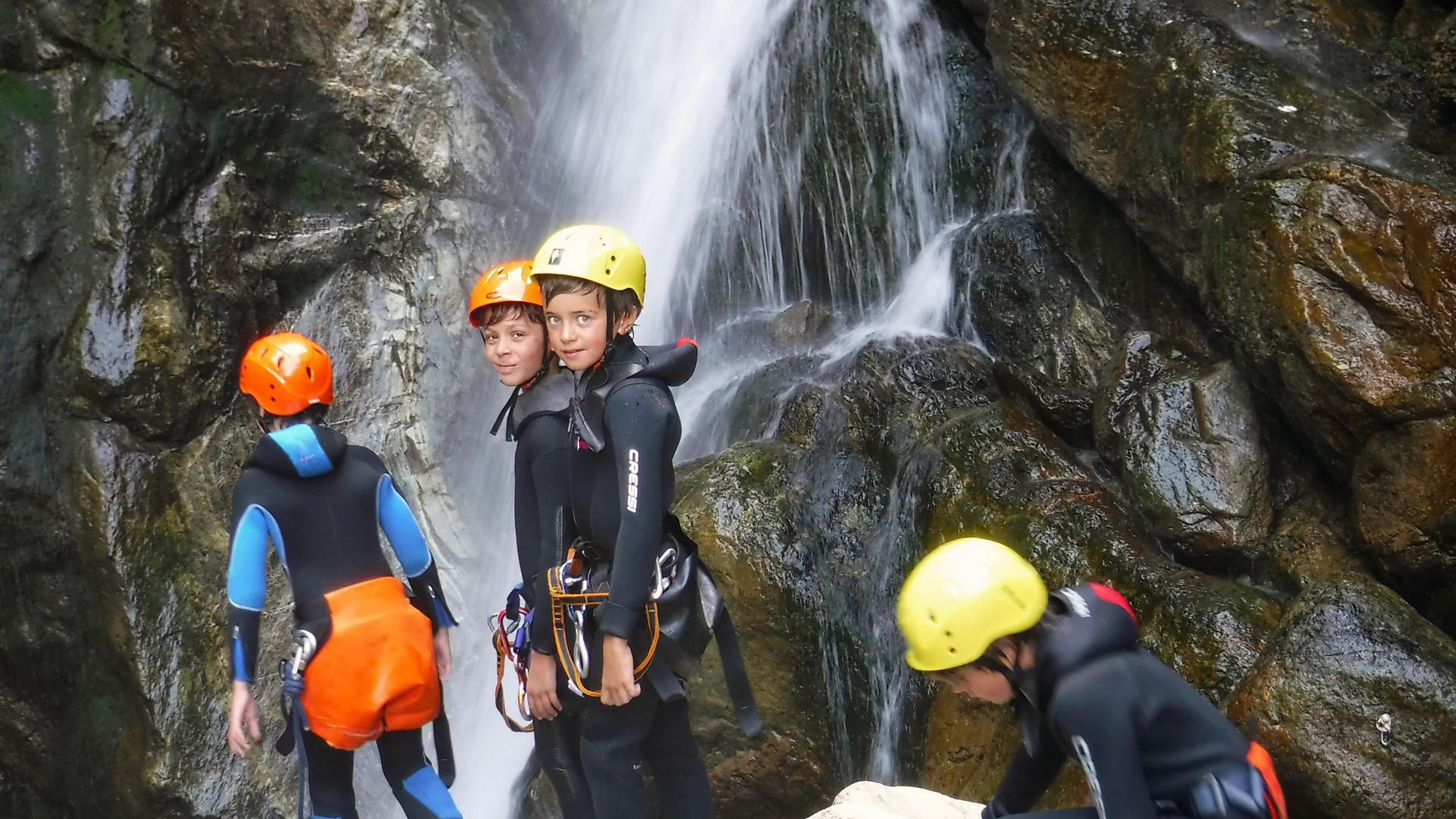 giovani avventurosi alle prese con la loro prima esperienza di canyoning