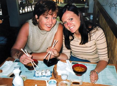Med spisepinner på sushibar i Pasadena