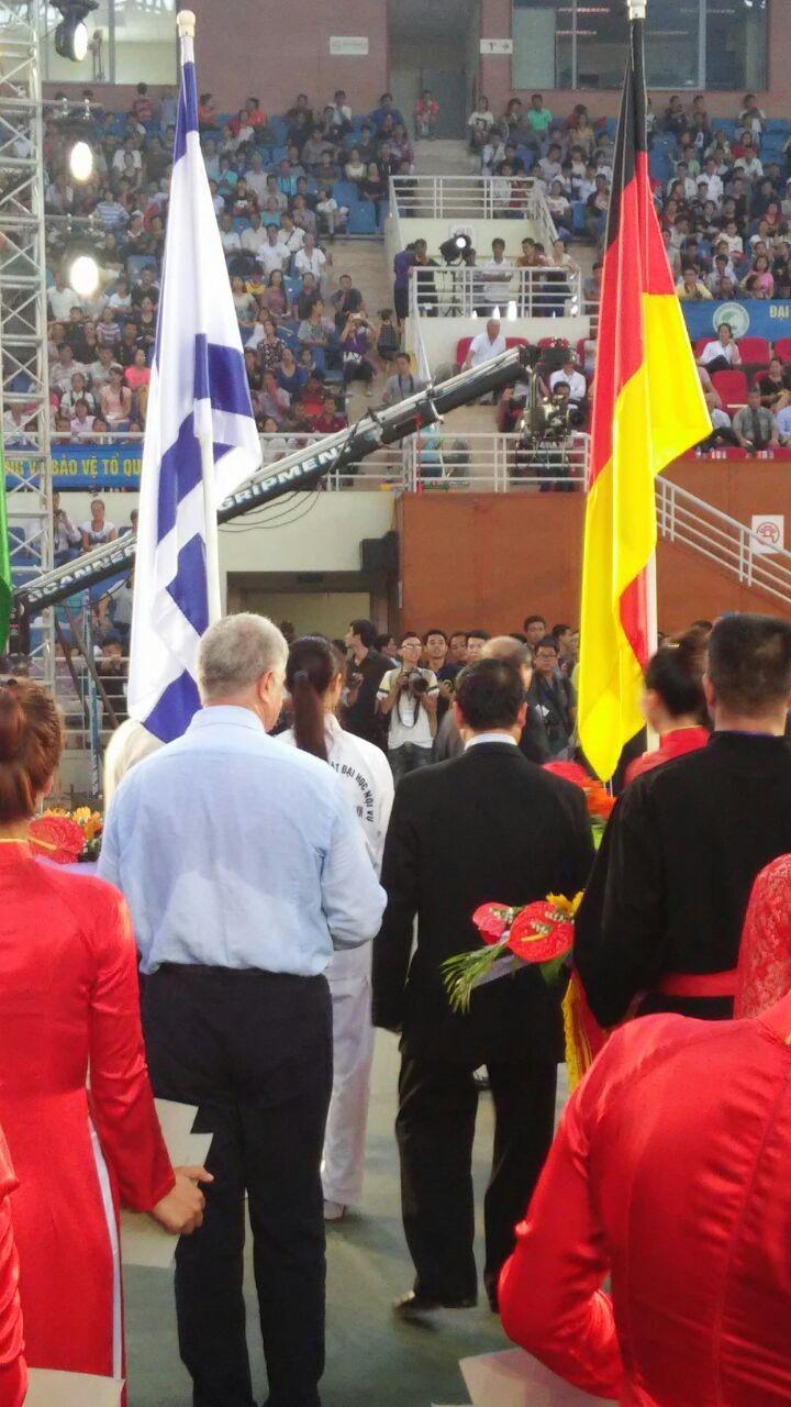 באצטדיון בהאנוי - איגור זקשנסקי תחת דגל ישראל. בווייטנאם לא כועסים על ישראל