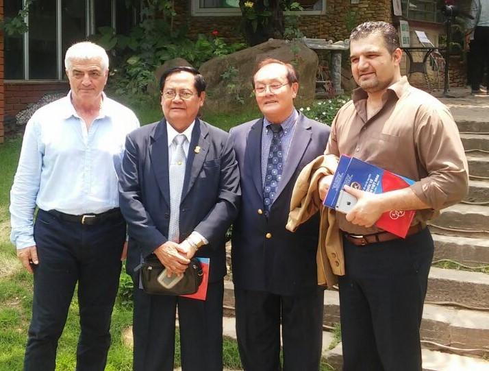 משמאל לימין - זקשנסקי, שר הספורט של לאוס, חואנג מינג זאנג, וראש המשלחת האיראנית