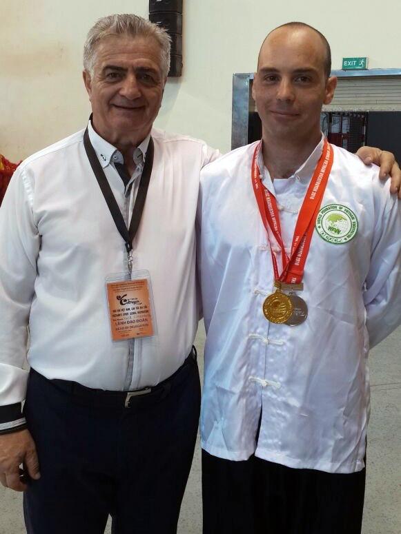 ראש המשלחת מאסטר איגור זקשנסקי (משמאל) ותלמידו גיא מלכיאלי עם 2 המדליות