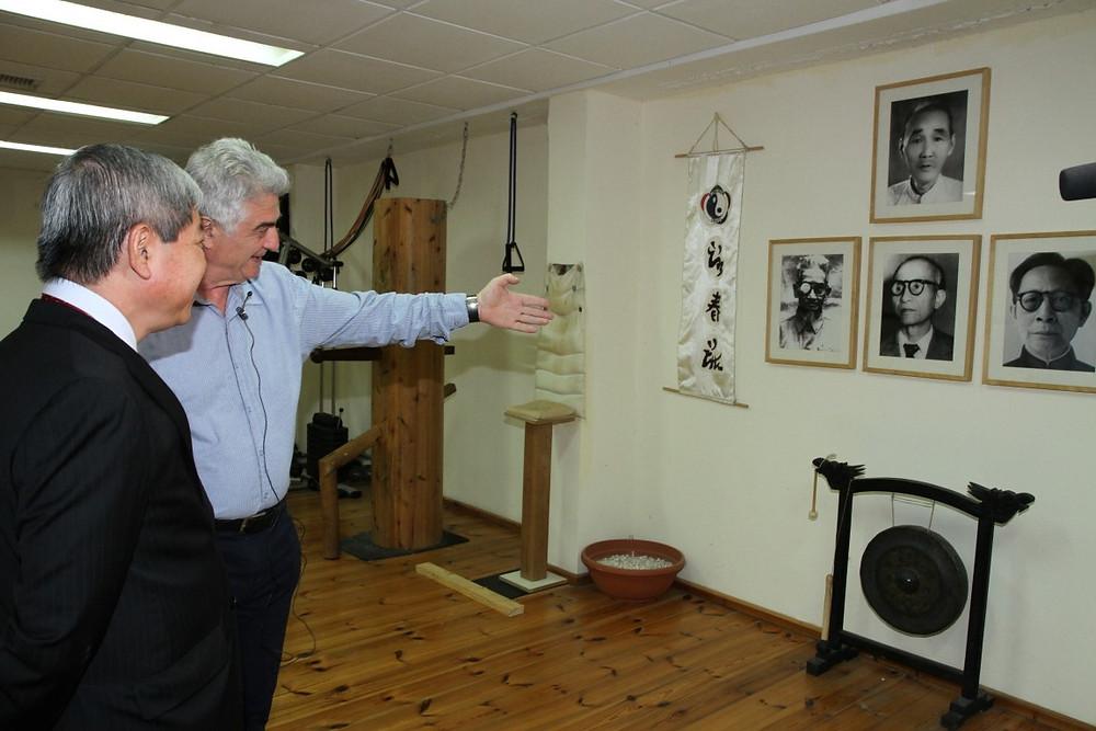 זקשנסקי מציג לשגריר ווייטנאם בישראל את השושלת ממנה הוא מגיע