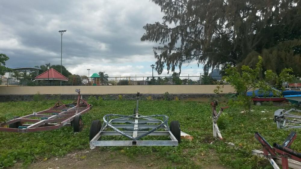 Hinter der Mauer befindet sich der Spielplatz von Flic en Flac