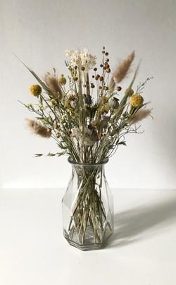 Glazen vaas met droogbloemen