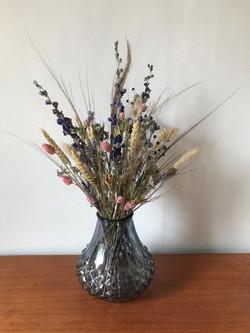 Blauwe vaas met droogbloemen
