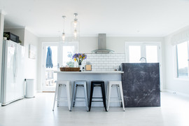Gorgeous kitchen with breakfast bar for 4