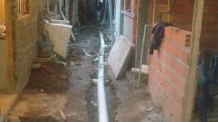 Saneamento nas favelas ainda em regime de mutirão