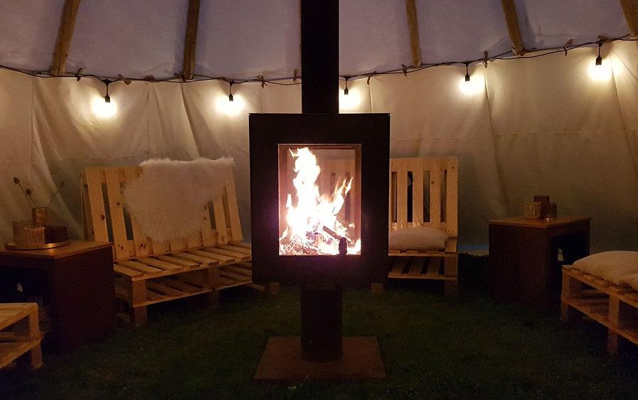 Woodchuck S terraskachel met houtvuur in tipi tent met interieuraankleding