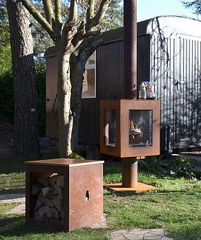 Woodchuck Box zitbank in cortenstaal met houten zitvlak.