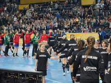 E2- Jugend bei der Frauenhandball- Weltmeisterschaft als Spalierkids aktiv