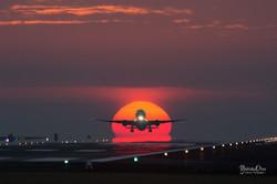 ダルマ太陽の中に飛行機