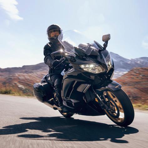2020-Yamaha-FJR1300AESPL-EU-Midnight_Black-Action-006-03.jpeg