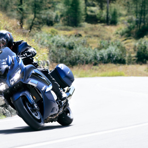 2020-Yamaha-FJR1300AE-EU-Phantom_Blue-Action-004-03.jpeg